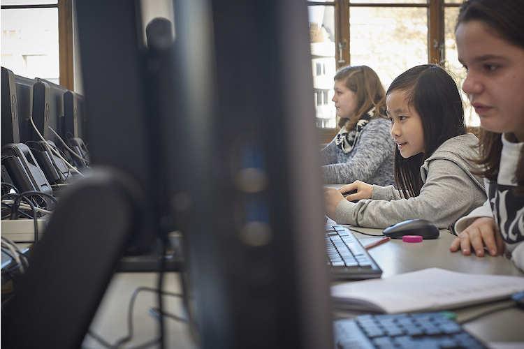 2/6 Die Schülerinnen der Primarschule Bläsi sind konzentriert: Mit Logo können Kinder schon in 10 Minuten selber die ersten Programme schreiben und erste Grafiken alleine programmieren.