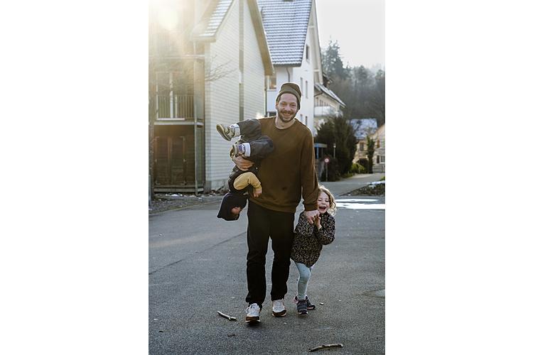 «Ich bin ein Exot»: Mauro Castrigno, 38, Vater von Gilda, 5, und Lino, 3, ist Hausmann. Seine Frau Jennifer, 41, arbeitet Vollzeit als Kriminalpolizistin. Die Familie wohnt in Rikon ZH.(Lesen Sie hier seine Erzählung)
