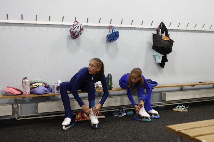 Grosse Passion: Sara (links) und ihre Schwester trainieren jeden Tag im nahe gelegenen Eislaufstadion.