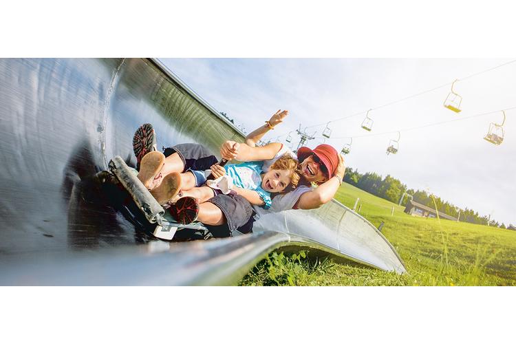 3/4 Spass pur für Gross und Klein bietet die 700 Meter langen Strecke der Sommer-Rodelbahnwährend man durch Tunnels, Steilkurven und über Bäche die Wiese hinunter saust.