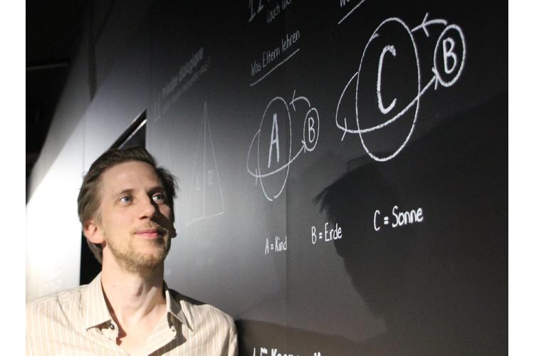 Dreht sich die Erde ums Kind, oder vielleicht doch um die Sonne? Mikael Krogerus im Museum für Kommunikation in Bern.