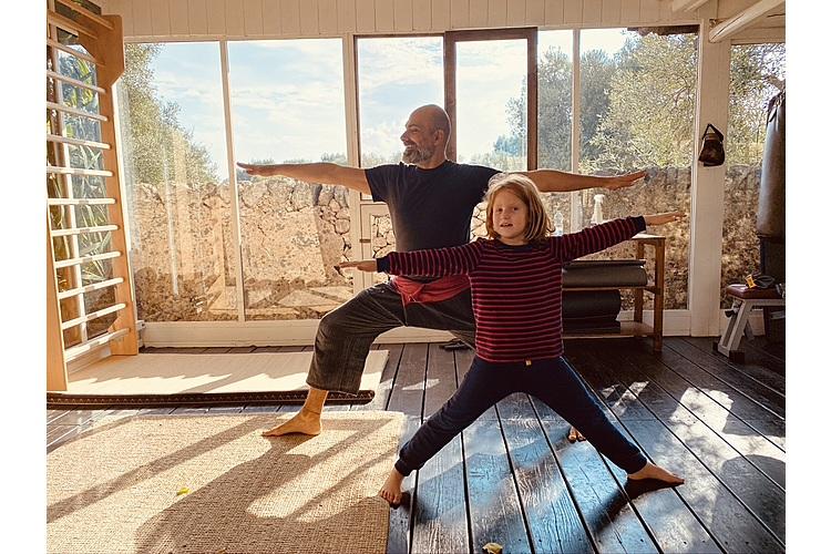 Yoga hilft allen, auch Emma macht fleissig mit