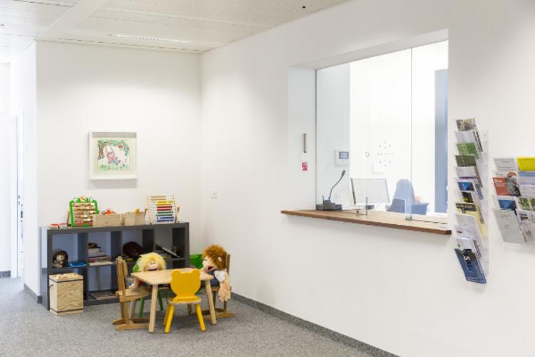 Die Räume der Behörde sollen einladend wirken. Spielzeug steht immer bereit.