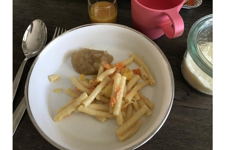 Älpler (oder so) Makkaroni«Was bei uns immer geht, sind Älpler Makkaroni. Ich mache sie ohne Zwiebeln und ohne Speck, dafür mit fein gehackten Rüebli. Nach Belieben kann jeder Käse und Apfelmus dazugeben – alle sind happy! Und es ist total easy zum Kochen: Ich schmeisse alles in einen Topf. Sobald die Kartoffeln gar sind, lasse ich das Wasser ab, füge etwas Halbrahm und Käse hinzu und fertig.» (Florina aus der Redaktion, Bild: zVg)