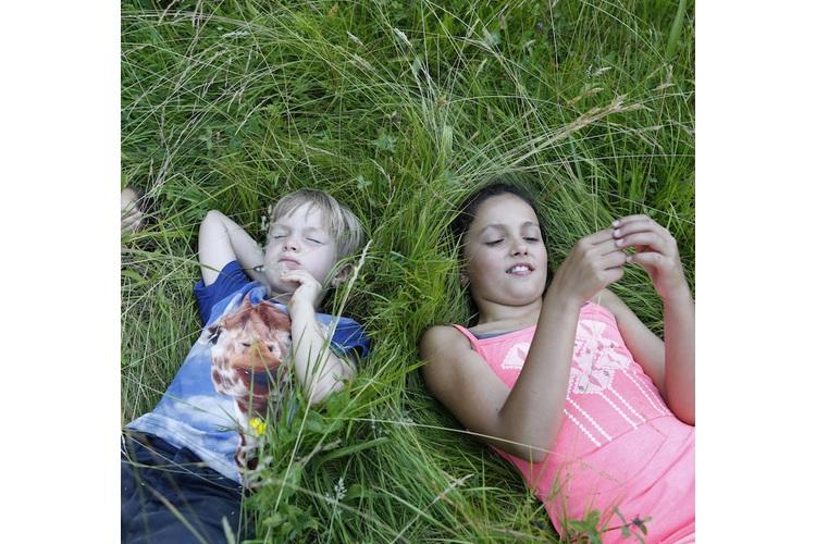 Faulenzen, die Grashüpfer beobachten oder den eigenen Gedanken nachhängen. Fachleute wissen: Langeweile ist gesund für Kinder – übrigens auch für Erwachsene.