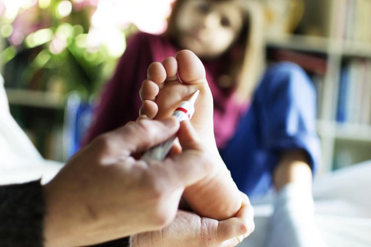 Vulgäre Warzen, Dornwarzen und Dellwarzen kommen bei Kindern am häufigsten vor. Die Behandlungsmöglichkeiten variieren.