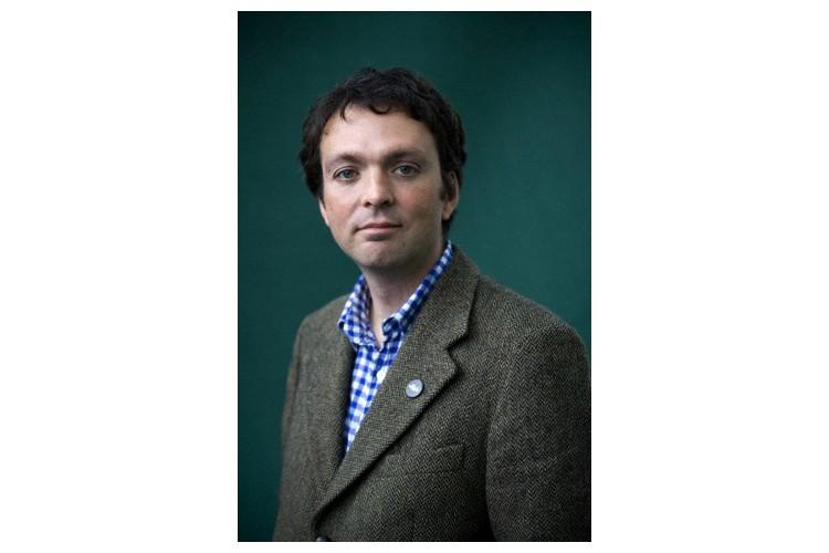 Tom Hodgkinson ist Journalist und Buchautor. Er gibt das Magazin «The Idler» («Der Müssiggänger») heraus. Zu seinen Bestsellern gehören die «Anleitung zum Müssiggang» und der «Leitfaden für faule Eltern». Zusammen mit seiner Partnerin und den drei Kindern – 15, 13 und 10 Jahre alt – lebt er in London.