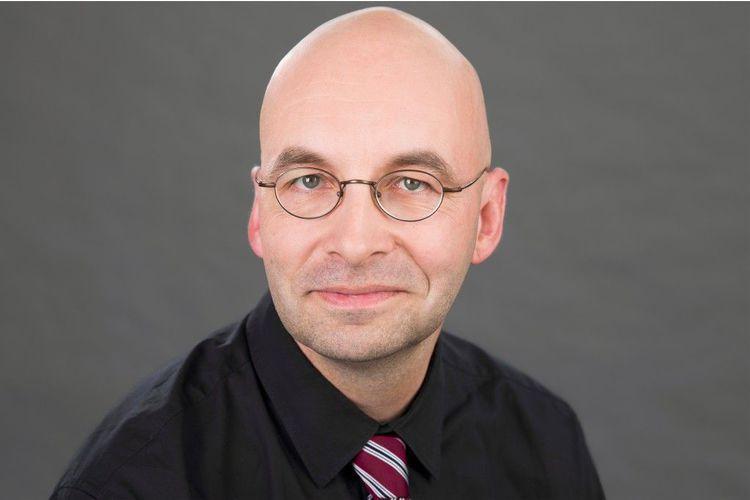 Armin Himmelrath, 50, ist freier Bildungs- und Wissenschaftsjournalist und Moderator. Nach seinem Lehramtsstudium in Deutschland arbeitet er heute u. a. für den «Spiegel», SpiegelOnline, Deutschlandradio und den WDR. Ausserdem unterrichtet er als Lehrbeauftragter an mehreren Universitäten und hat zahlreiche Bücher zu Bildungsthemen verfasst. Er hat drei Kinder und lebt in Köln.