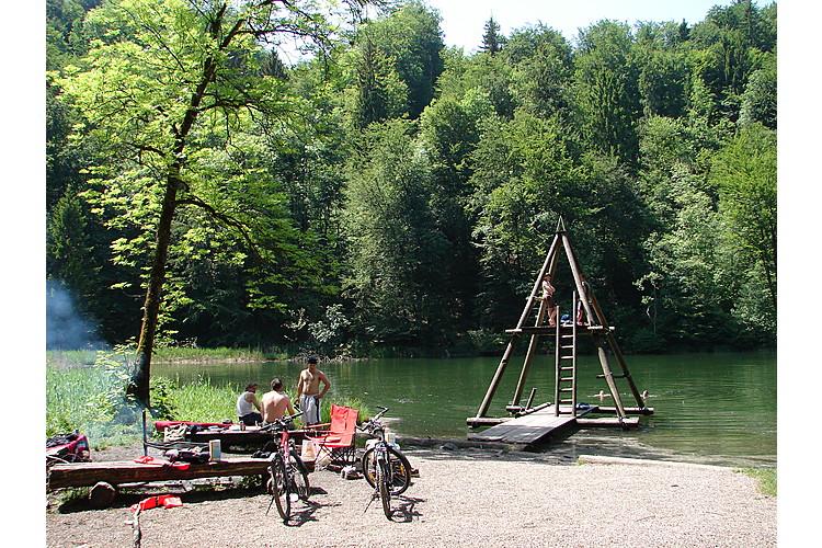 Feuer und Wasser ergänzen sich hier zur perfekten Kombination für einen Familienausflug: am Egelsee bei Bergdietikon