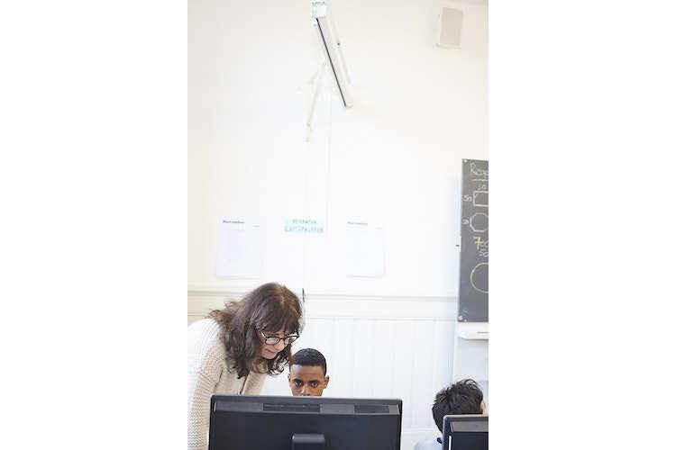 2/4 Integration: Programmieren verhilft Flüchtlingskindern zu Erfolgserlebnissen. Denn: Bei Computerbefehlen gibt es keine Sprachbarriere. Im Bild: Klassenlehrerin Susan Borer-Briner mit ihrem Schüler, der aus Eritrea kommt.
