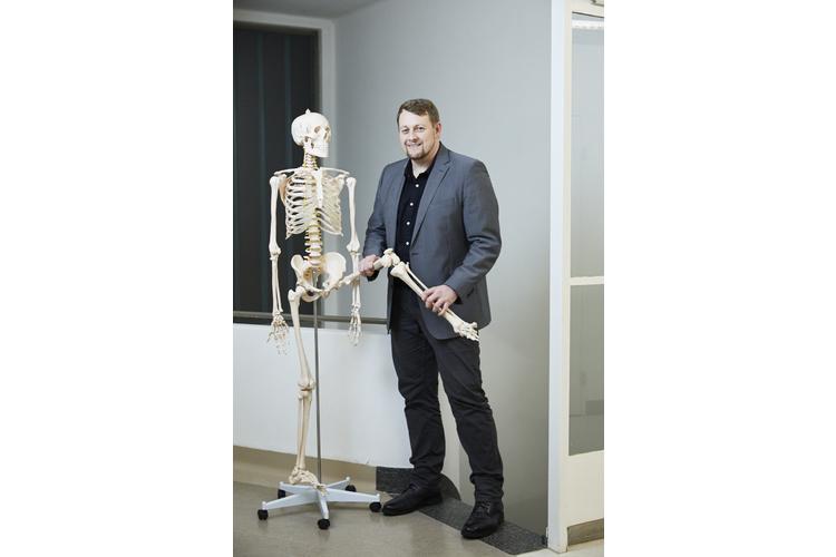 Prof. Dr. Thomas Dreher, 38, ist seit 1. September 2018 Chefarzt Kinderorthopädie und -traumatologie am Kinderspital Zürich. Davor war er mehrere Jahre an der Universitätsklinik Heidelberg tätig. Thomas Dreher ist verheiratet und Vater dreier Kinder im Alter von 2, 5 und 8 Jahren.