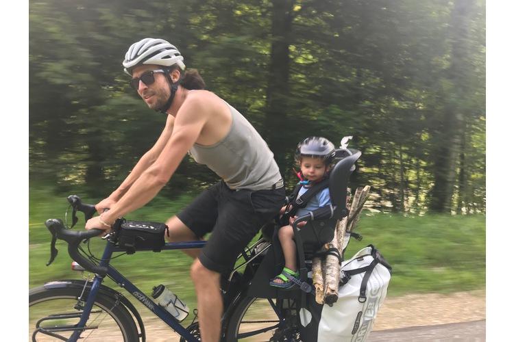 Der Cousin fährt mit: Bruder Dominik Blumer mit Laurin, fast 2, unterwegs entlang dem Doubs im Schweizer Jura.