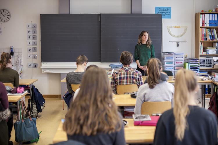 Füsse auf den Boden, Rücken gerade, Augen zu, bei sich sein. Schüler derMariahilf-Schule in Luzern üben sich in Achtsamkeit.