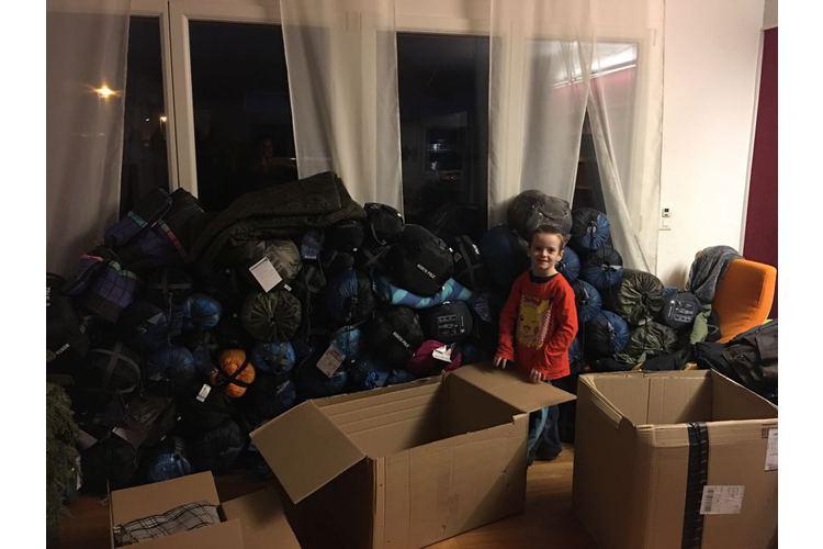 Fiona Kellys Söhne helfen gerne beim Sortieren der Sachspenden, bevor ihre Mutter diese in die Flüchtlingscamps bringt. Bild: Privat