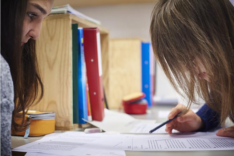 2 / 3 Heilpädagogik-Praktikantin Maryam Ahmadi hilft Sophie. Sie erinnert die Schülerin daran, den Text Zeile für Zeile zu lesen.