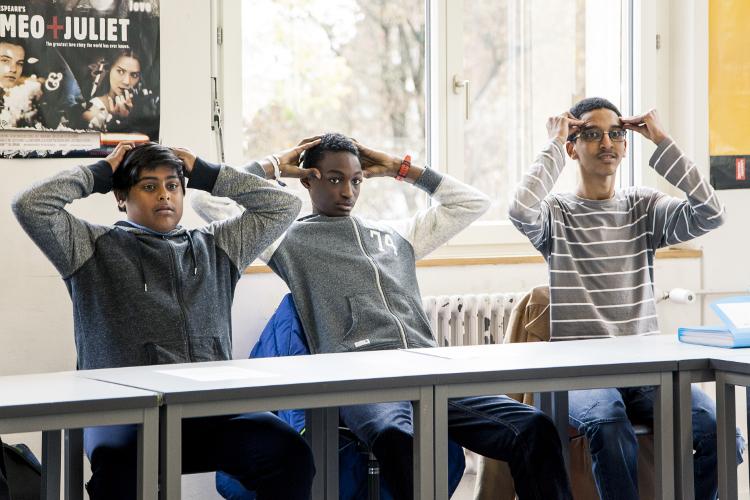 Für eine bessere Konzentration: Mohamed (rechts) und die anderen Teilnehmer lernen Übungen zur Entspannung.