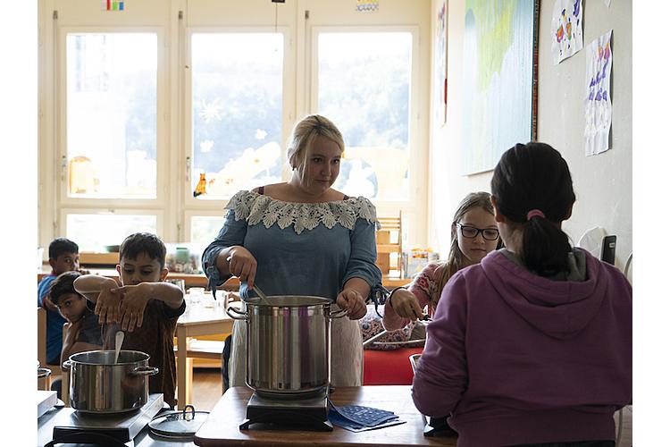 Ämtli-Liste: Die Kinder helfen mit beim Schöpfen des Zmittag.