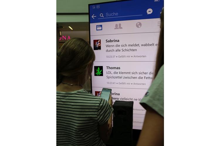 (3/17) Auf dem Bildschirm können alle mitlesen, was da gerade so wehgetan hat - ganz wie im Internet also.