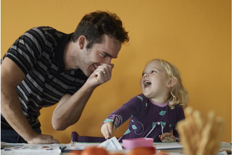 Bewusst Zeit miteinander verbringen: Papa Ivo Hiestand und Tochter Junah haben Spass.