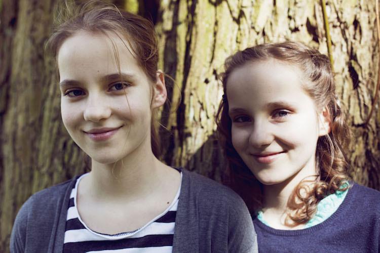 Zwillingsschwestern: Seit ihrer Krankheit hat Léni Locken.
