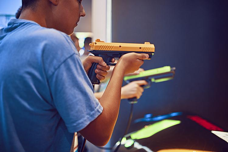 Warum vor allem Buben von Schusswaffen fasziniert sind und wie Mütter und Väter damitgehen sollten.