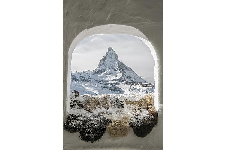 Das Matterhorn ruft! Ein eisig-schönes Panorama eröffnet sich vom Iglu-Fenster aus.