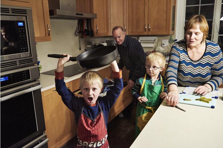 Thomas und Regula Körner mit ihren Söhnen Felix und Cedric. Beide kamen mithilfe einer Eizellenspende und einer Leihmutter zur Welt.