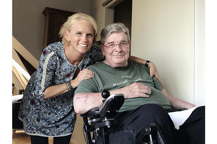 Caroline Märki mit Jesper Juul in seiner Wohnung in Odder, Dänemark. Das Bild entstand am 7. August 2017.