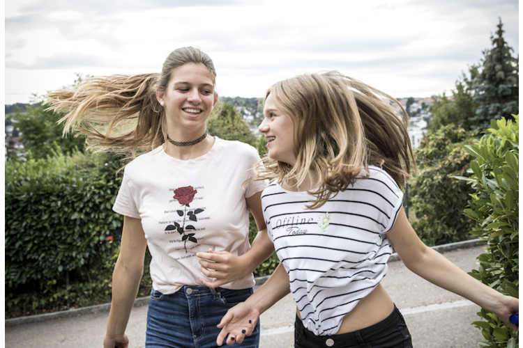 Giulia und Kaja kennen sich von klein auf. Was die 14-Jährigen verbindet, sind vor allem ihre Hobbys: Sie machen beide Akrobatik, lieben Zirkus und gehen zusammen reiten. In «Wir werden oft gefragt, ob wir Schwestern sind!» erzählen sie und weitere Kinder von ihren Freundschaften.