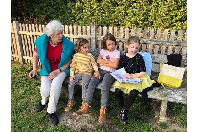 Die Oma mit meinen beiden Mädchen und ihrer Cousine, rechts.