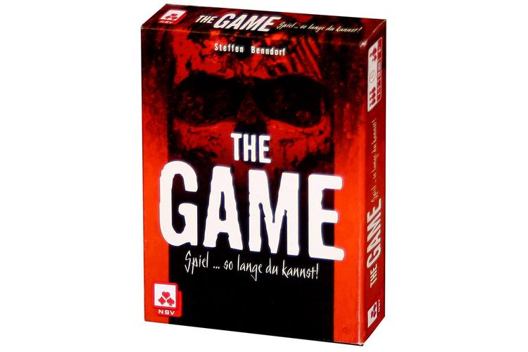 Für Leute, die nicht verlieren könnenThe GameViele Menschen können nicht damit umgehen, wenn sie gegen andere verlieren. Bei kooperativen Spielen treten alle gemeinsam im Team gegen ein Spielsystem an. Ist die Gruppe dabei nicht so erfolgreich, ist geteiltes Leid halbes Leid. «The Game» ist ein Kartenspiel mit minimalistischen Regeln. Theoretisch beschrieben wirkt es nicht besonders speziell, wer aber selber mitspielt, gerät sofort in eine ungeheure emotionale Sogwirkung. Es ist eine gruppendynamische Patience. 98 Karten mit den Zahlenwerten von 2 bis 99 sollen auf vier Stapel abgelegt werden. Wer an der Reihe ist, muss mindestens zwei seiner Karten loswerden, blockiert dadurch aber meistens die Möglichkeiten der Mitspieler. Es ist verboten, über seine Kartenwerte zu reden. Trotzdem ist «The Game» ein astreines Kommunikationsspiel und lebt von dem, was nicht gesagt wird, und dem Wechselbad der Gefühle, welche die Zwänge des Spiels auslösen.«The Game» von Steffen BenndorfKartenspiel für 1 bis 5 Spieler ab 8 JahrenSpielzeit: etwa 20 MinutenPreis: Fr. 12.50 Game Factorywww.gamefactory-spiele.com
