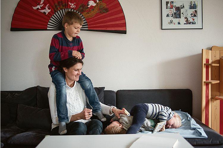 Corinne Wyss mit ihren zwei Söhnen und ihrem Pflegesohn Nico.