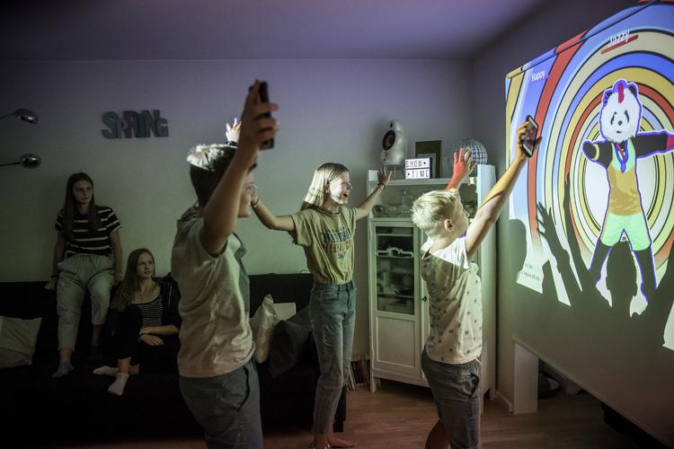 2/2 es auch Spiele gibt, die den Gemeinschaftssinn fördern und Kinder sogar ins Schwitzen bringen, wie dieses Beispiel der Familie Kühne in Basel zeigt.