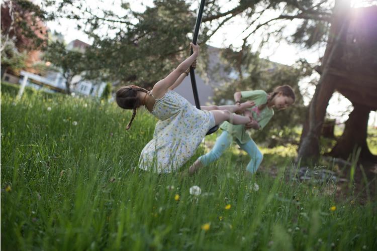 5/11 Léa und Jael wissen, wie man in der Natur spielt...