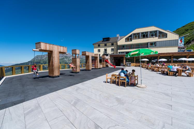 Sonnenterrasse beim Berghotel Trübsee