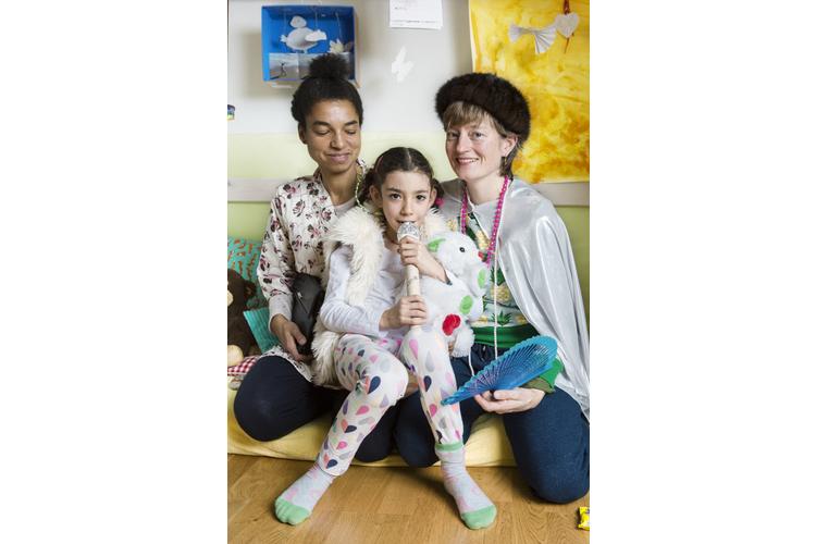 Drei Frauen, eine Regenbogenfamilie: Bettina und Fiona Aremu mit ihrer Tochter Tobi, 7.