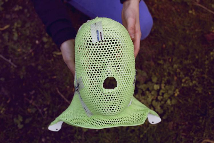 Diese Maske musste Léni während der Bestrahlung in Essen tragen. Sie sass so eng, dass sie die Augen nicht öffnen konnte. Die Abdrücke liessen sie hinterher oft aussehen wie Spider-Man. Durch die Strahlen war die Maske radioaktiv. Deshalb konnte Léni sie erst ein Jahr später aus der Klinik abholen. Als Andenken.
