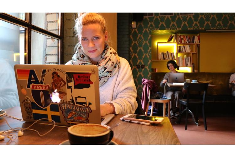 Andrea Jansen in ihrem Café-Büro. Bild: Bianca Fritz, Bild oben: zVg