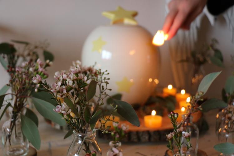 (3/4) Es kommt auf Details an: die richtigen Blumen, die Sternen-Urne.