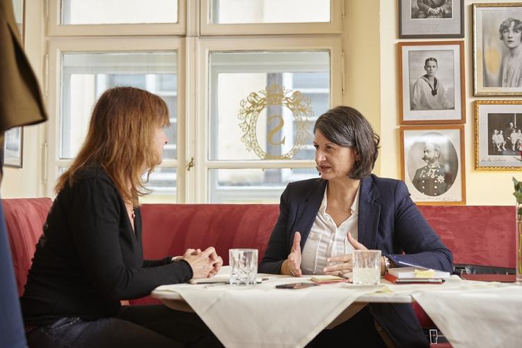 Die Zivilisationstheoretikerin und Politikwissenschaftlerin Mariam Irene Tazi-Preve im Gesprach mit Fritz+Fränzi-Autorin Claudia Landolt. Das Treffen fand im legendären Café Sacher in Insbruck statt, der Heimat von Tazi-Preve.
