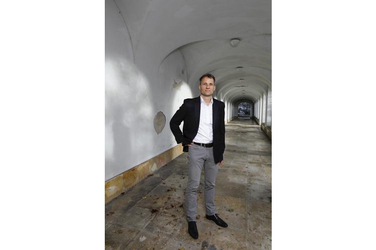 Dr. med. Kurt Albermann ist Facharzt für Kinder- und Jugendpsychiatrie und -psychotherapie, Facharzt für Kinder- und Jugendmedizin und Chefarzt am Sozialpädiatrischen Zentrum SPZ Winterthur. Der Buchautor («Wenn Kinder aus der Reihe tanzen») ist ärztlicher Leiter des Instituts Kinderseele Schweiz (iks) der Schweizerischen Stiftung zur Förderung der psychischen Gesundheit von Kindern und Jugendlichen, das Fachpersonen berät und betroffene Familien unterstützt. Albermann ist Vater von vier erwachsenen Kindern.
