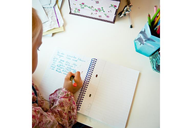 Schwierige Inhzalte sind einfacher zu behalten, wenn sie von Hand notiert werden. Bild: Suze / Photocase.de