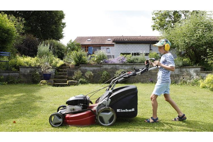Der Gärtner im Haus: Nalin mäht den Rasen mit Sorgfalt und Begeisterung.