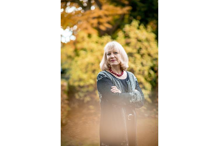 Prof. Dr. med. Dipl.-Psych. Susanne Walitza ist ärztliche Direktorin der Klinik für Kinder- und Jugendpsychiatrie und Psychotherapie an der Psychiatrischen Universitätsklinik Zürich. Sie ist im Vorstand der Schweizerischen Gesellschaft für Angst und Depression (SGAD) sowie Autorin von Fachliteratur und Fachbüchern zum Erkennen und Behandeln von Angststörungen.