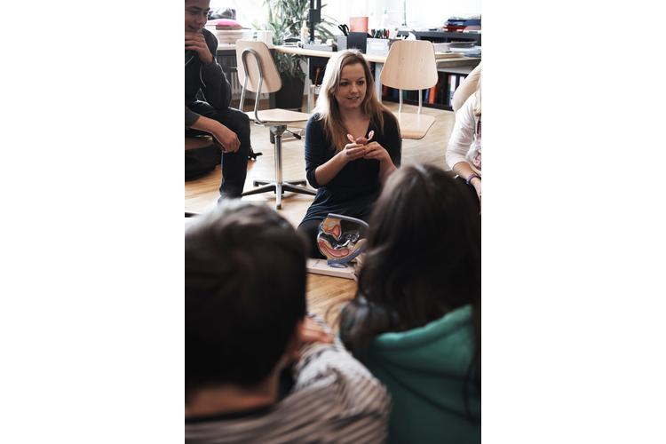 2 / 3 «Und was ist das?» Anna Schmidt, Leiterin der Organisation «Achtung Liebe» Schweiz, nimmt während des Aufklärungsworkshops den weiblichen Unterleib auseinander.