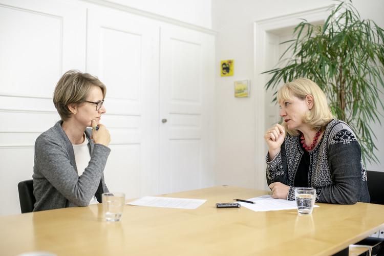 Susanne Walitza im Gespräch mit der stellvertretenden Chefredaktorin Evelin Hartmann. Susanne Walitza ist Professorin für Kinder- und Jugendpsychiatrie an der Universität Zürich sowie Ärztliche Direktorin der Klinik für Kinder- und Jugendpsychiatrie und Psychotherapie der Universität Zürich.