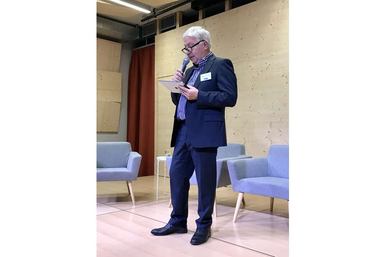 (1/5) Thomas Schlickenrieder, Geschäftsführer der Stiftung Elternsein eröffnet den Abend.