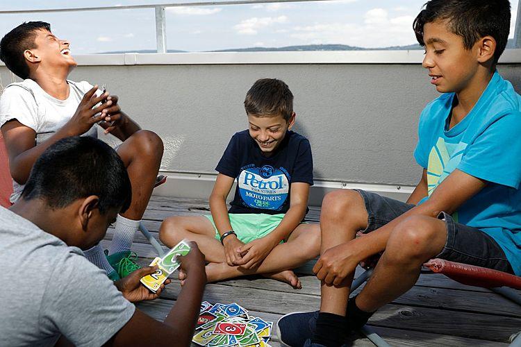 Die vier Freunde Lukas, Arian, Dorian und Sven beim Unospielen.