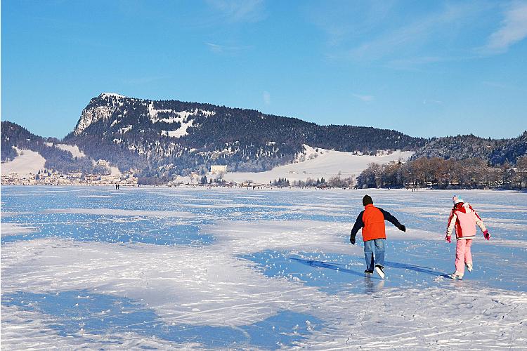 Der weite Lac de Joux friert im Winter zu.