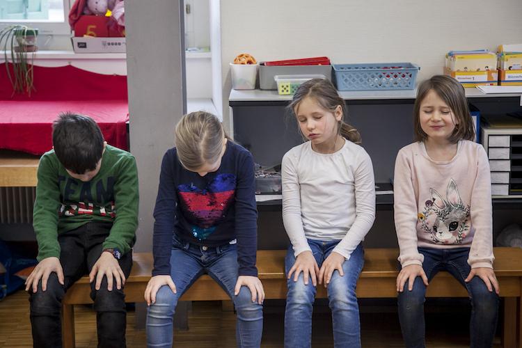In Schulen, in denen Achtsamkeit gelehrt wird, gibt es weniger Streit.